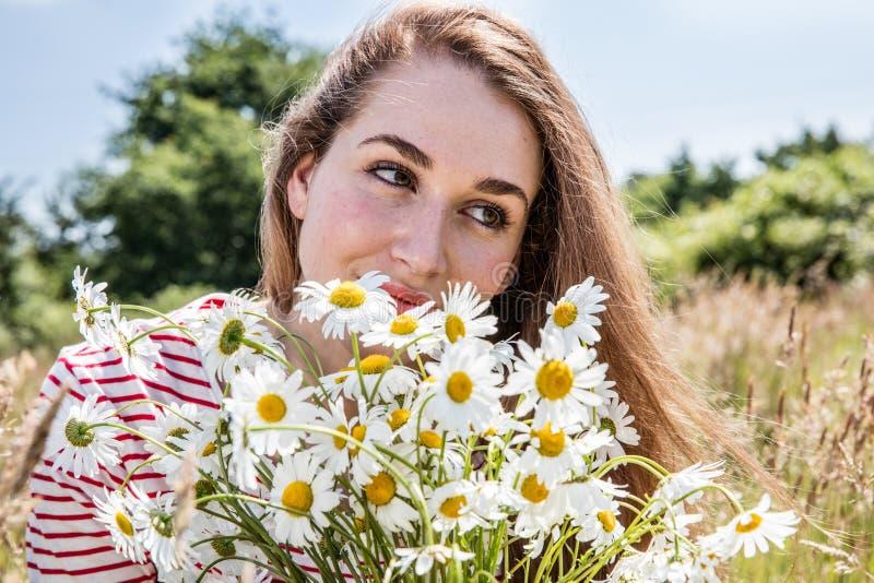 有雏菊花花束的美丽的女性少年自然秀丽的 免版税图库摄影
