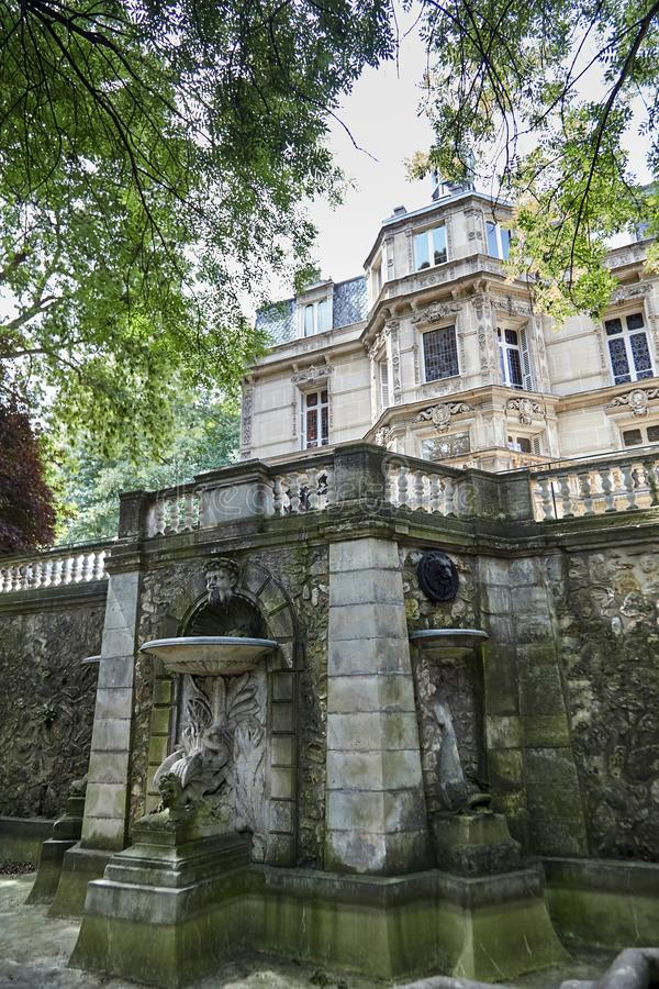 有雕塑龙水池的老石喷泉在大别墅de蒙特克里斯托附近 免版税库存照片