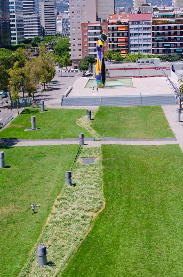 有雕象妇女和鸟的Miro广场 库存照片