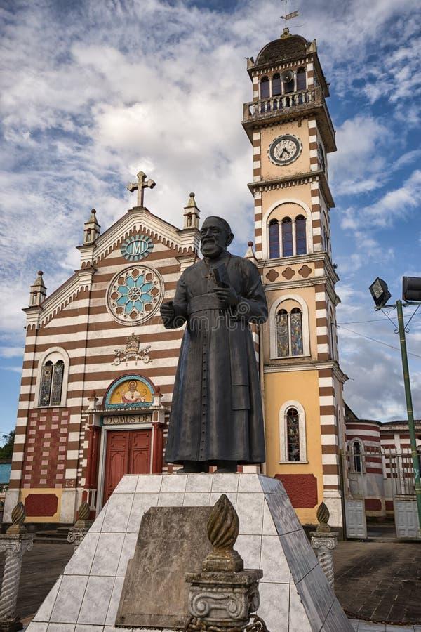 有雕象的教会在前面在阿齐多纳厄瓜多尔 免版税图库摄影