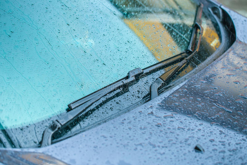 有雨下落的风档刮水器 免版税图库摄影