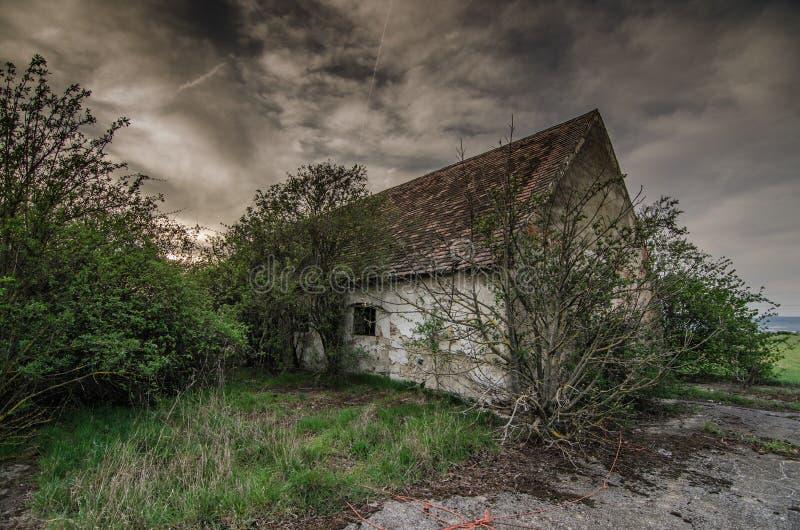 有雨云的老房子 免版税图库摄影