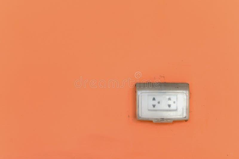 有雨盖子的老肮脏的室外电源插座在ora登上了 库存图片