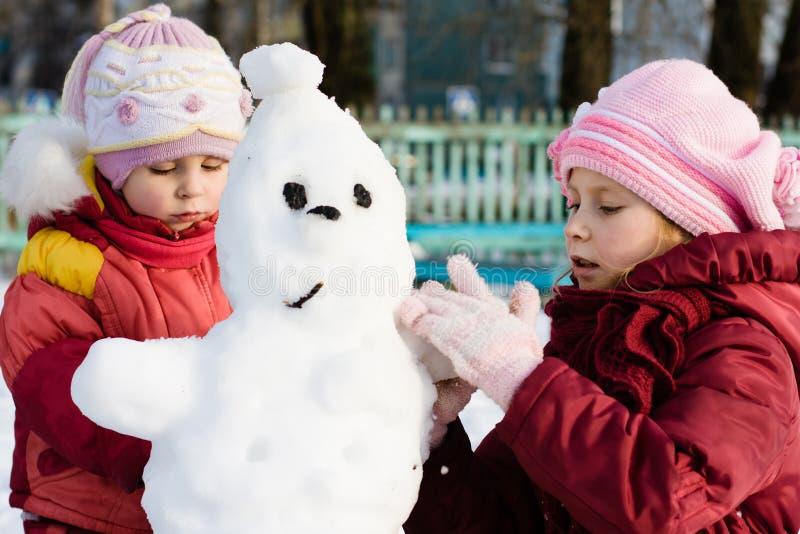 有雪人的愉快的二孩子 库存图片