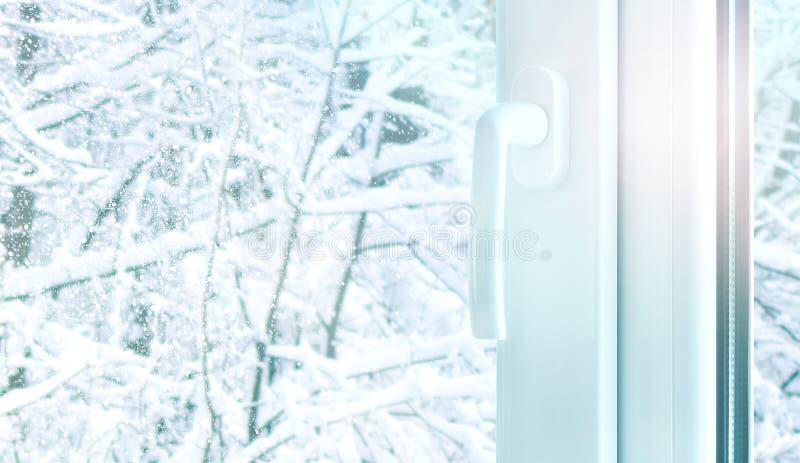 有雪冬天天气外部的金属塑料窗口建筑 图库摄影