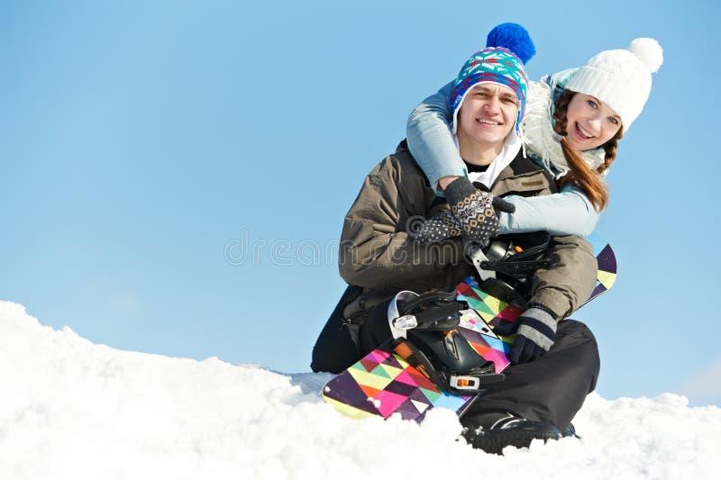 有雪板的愉快的女运动员 库存照片
