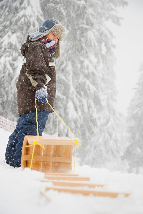Download 有雪橇的男孩 库存图片. 图片 包括有 汉语, 冷杉, 帽子, 节假日, 发现, 冷颤, 兴奋, 干净, 照相机 - 62534611