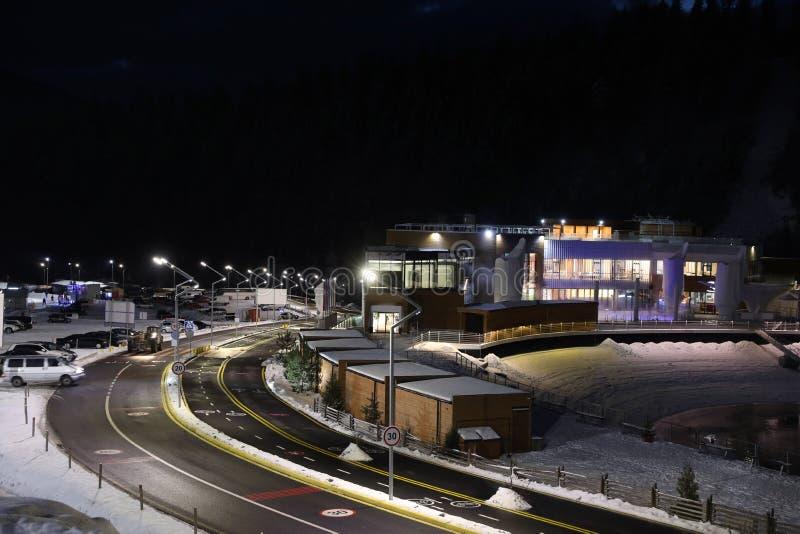 有雪的升路在导致滑雪场的边 库存照片