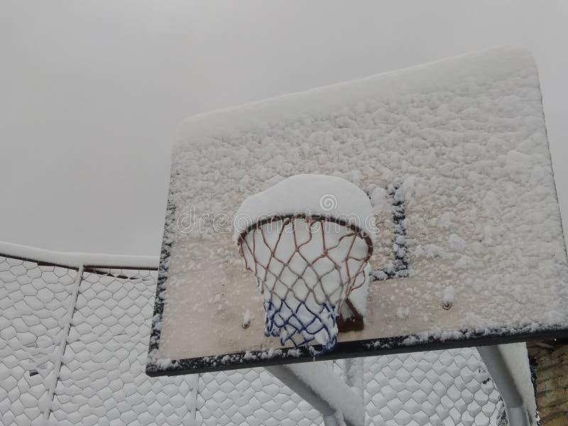 有雪的篮球委员会在tikot村庄 免版税图库摄影