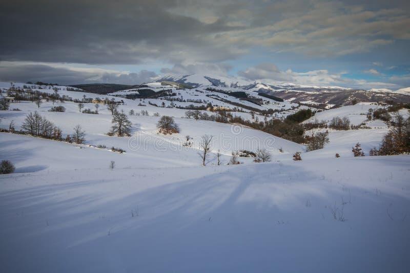 有雪的翁布里亚亚平宁山脉在冬天季节 免版税图库摄影