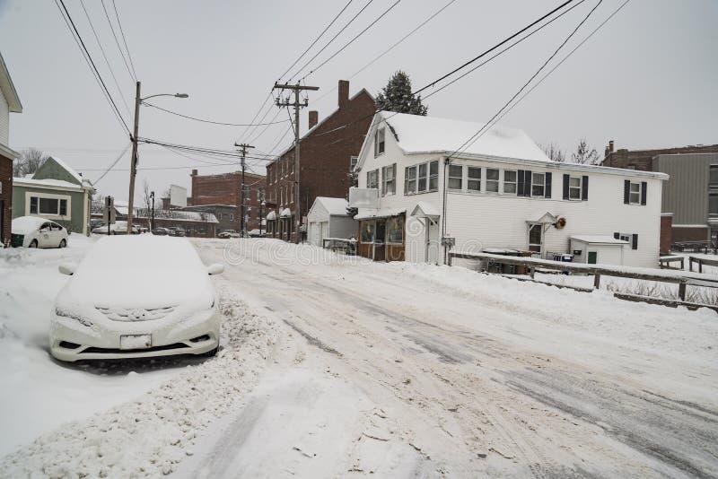 有雪的街道在Saco,缅因镇  库存图片