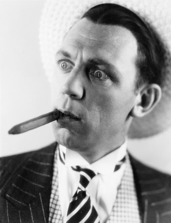 有雪茄的人在看起来他的嘴惊奇(所有人被描述不更长生存,并且庄园不存在 供应商warran 图库摄影
