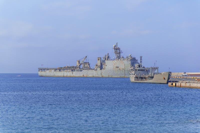 有雷达的老军用战舰在蓝色海在小游艇船坞靠了码头 免版税图库摄影