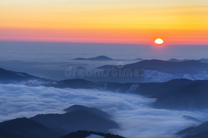 有雾的冬天日出 免版税库存照片