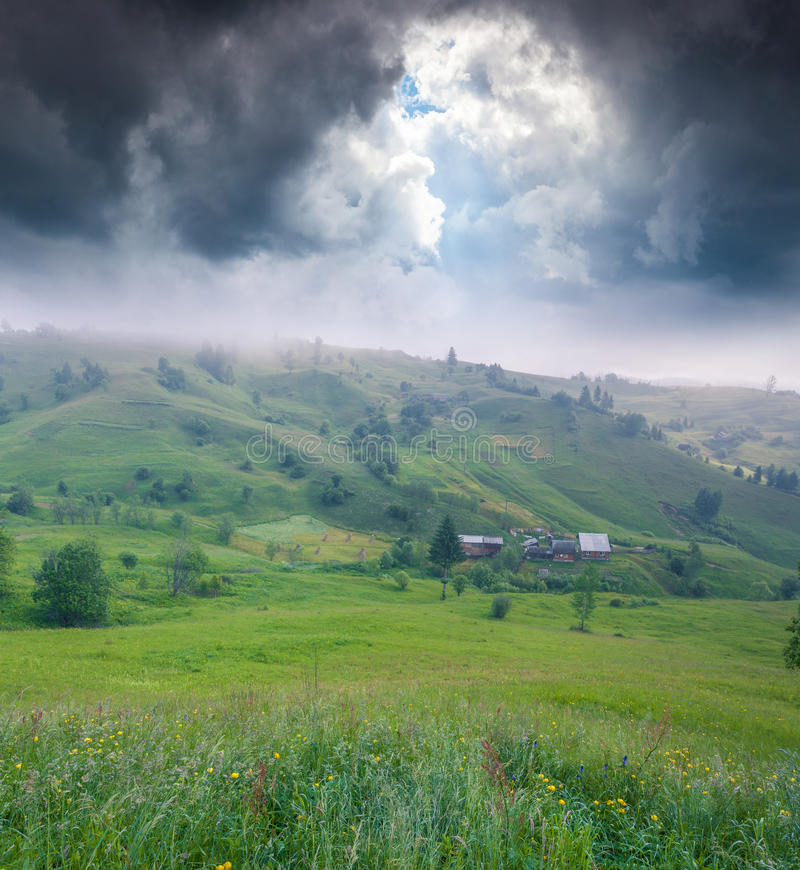 有雾的夏天mornnig在山村 库存图片