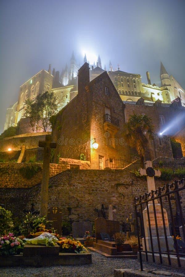 有雾的夜在Mont圣米歇尔,诺曼底,法国 免版税库存照片