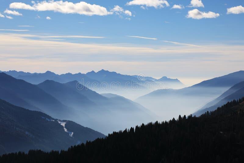 有雾的山冬天 库存图片