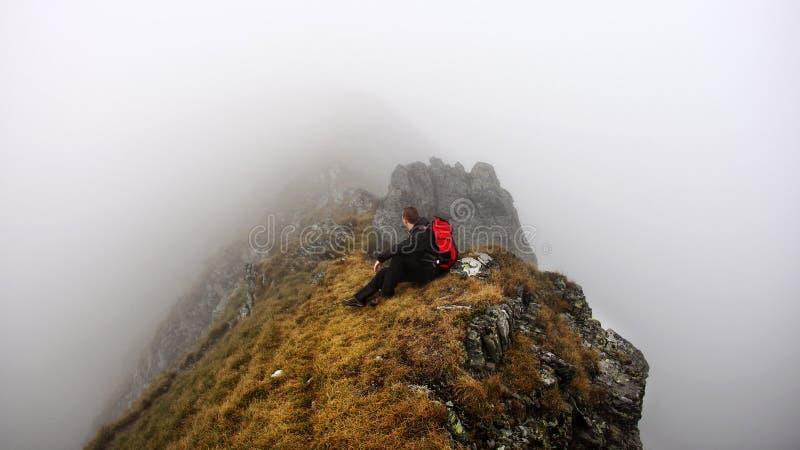 有雾的山艰苦跋涉的冒险家 库存图片
