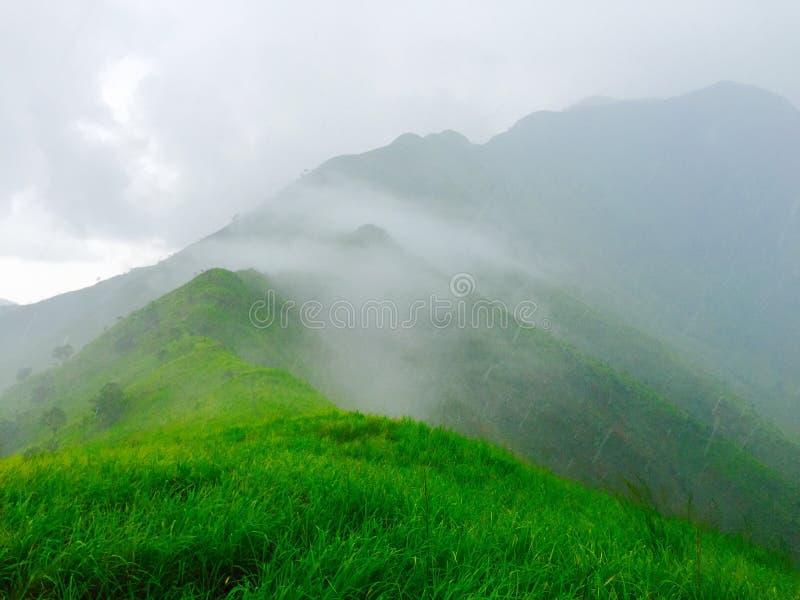 有雾的山顶 免版税库存照片