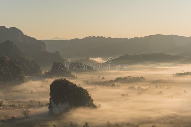 有雾的山风景在早晨天空下 Phu Langka,泰国 免版税图库摄影