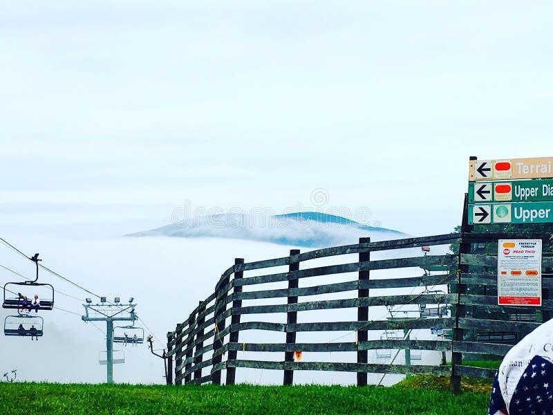有雾的山 库存图片
