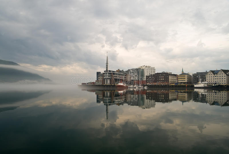 有雾的挪威城镇tromso 免版税图库摄影