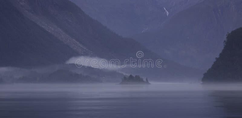 有雾的挪威海湾 库存图片