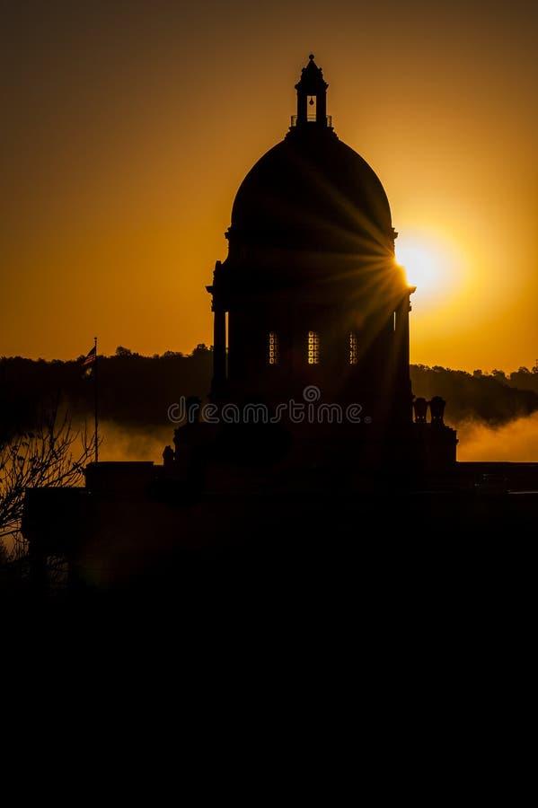 有雾的日出-状态国会大厦-法兰克福,肯塔基 免版税库存照片