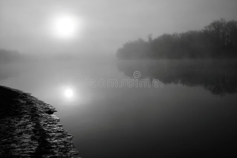 有雾的日出 免版税库存照片