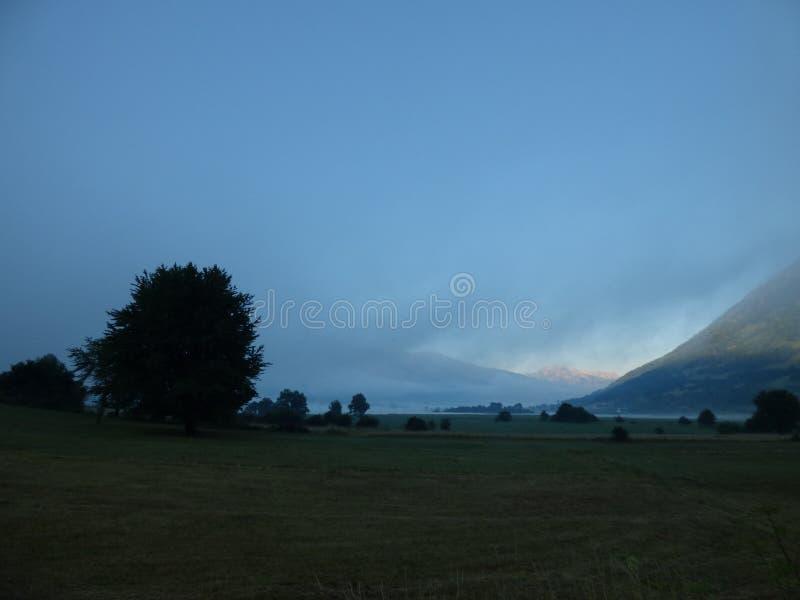 有雾的早晨、山和湖距离的 黑山,镇普拉夫 免版税库存照片