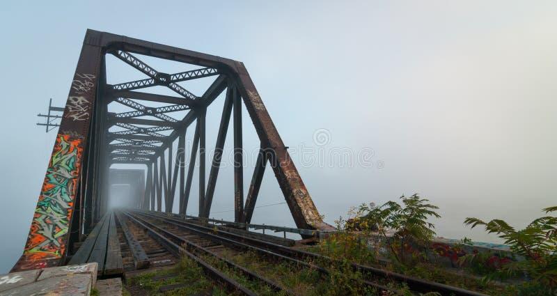 有雾的早晨铁路桥 在威尔士亲王铁路支架的破晓,渥太华,安大略 库存照片