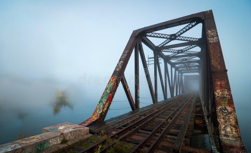 有雾的早晨铁路桥 在威尔士亲王铁路支架的破晓,渥太华,安大略 图库摄影