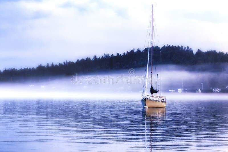 有雾的晚上在港口 免版税图库摄影