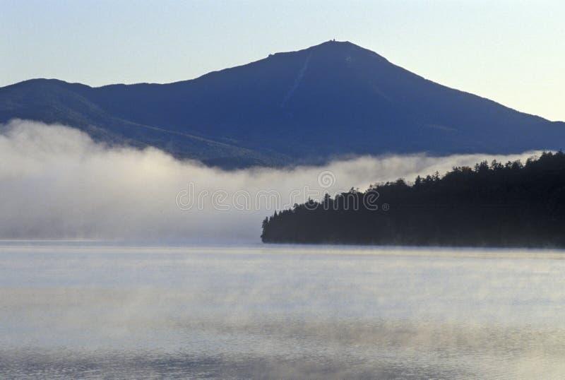 有雾的普莱西德湖城在日出, NY 图库摄影