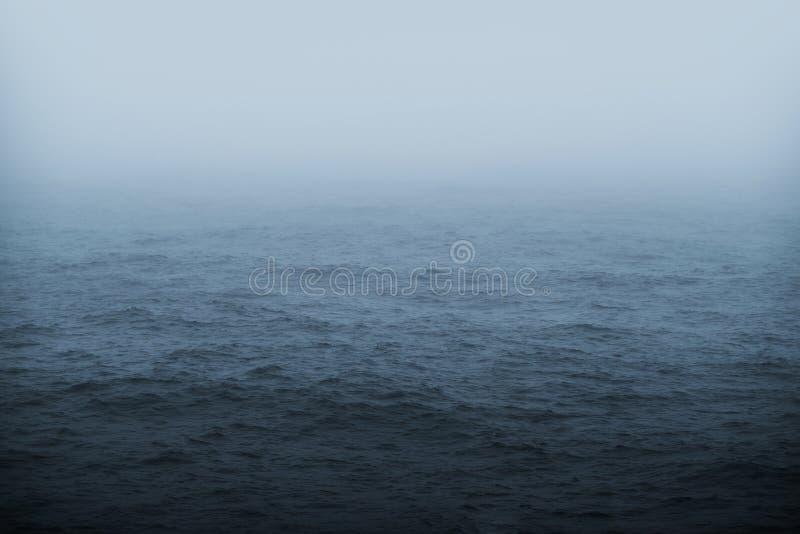 有雾的海天气题材 免版税库存照片