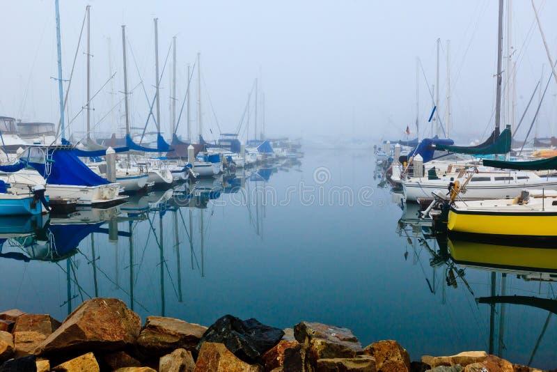 有雾的港口 库存图片