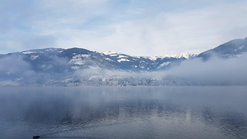 有雾的湖 免版税库存图片