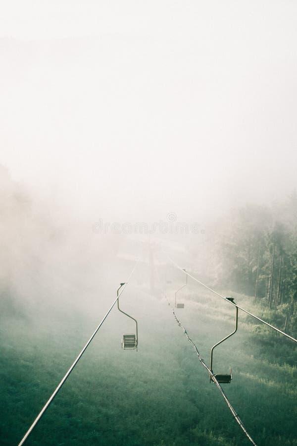 有雾的索道在清早 免版税库存图片