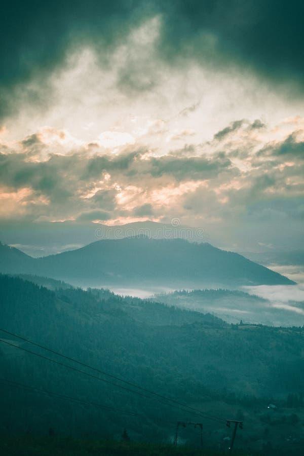 有雾的索道在清早 库存图片