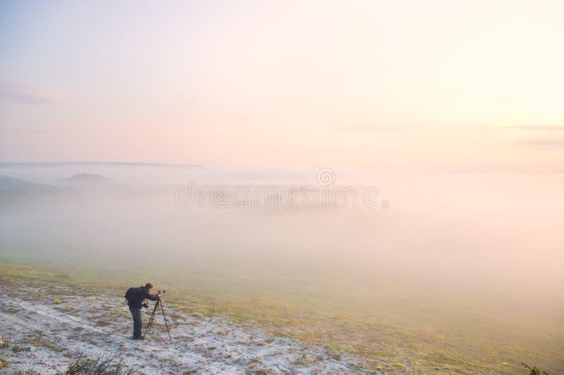 有雾的草甸的摄影师 免版税库存图片