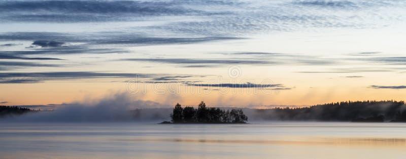 有雾的summernight 免版税库存照片