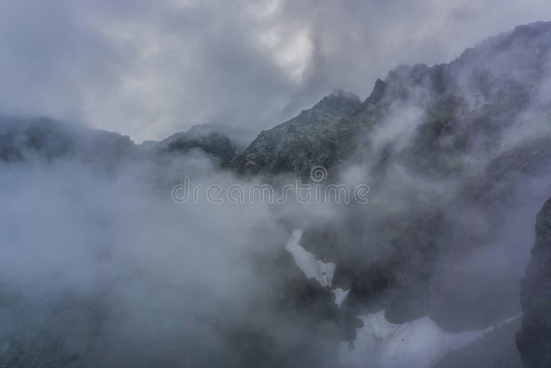 有雾的Tatra山的巨大看法 库存照片