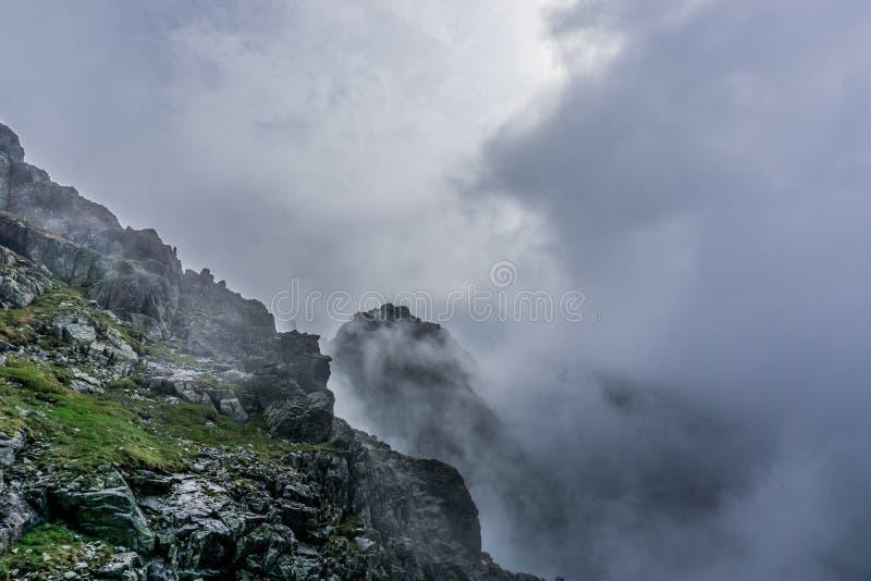 有雾的Tatra山的巨大看法 免版税库存图片