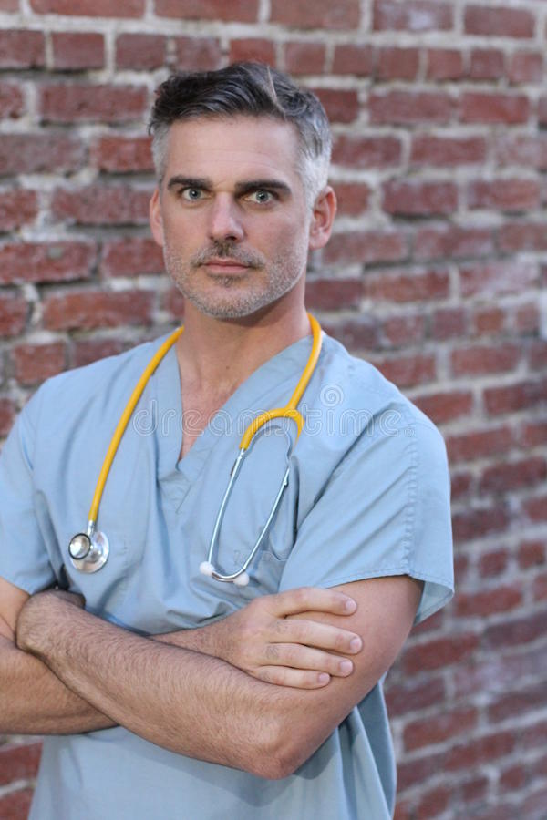 有震惊表示的横渡的医生和胳膊 库存照片