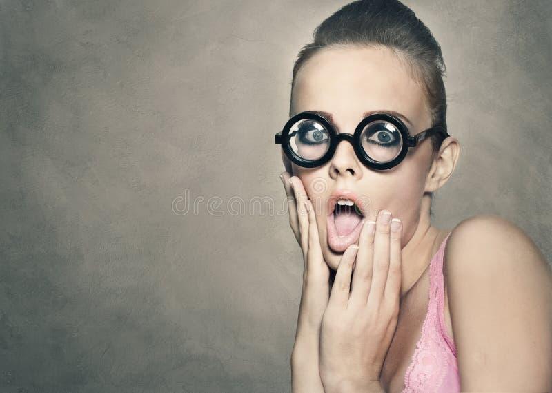 有震惊鬼脸的妇女 免版税库存图片