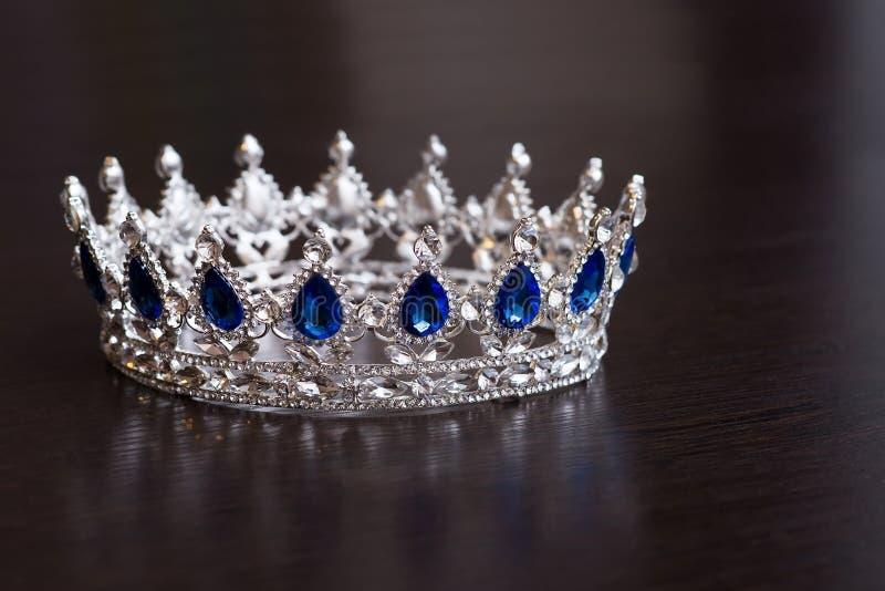 有青玉的皇家冠 力量和成功的财富标志 免版税库存图片