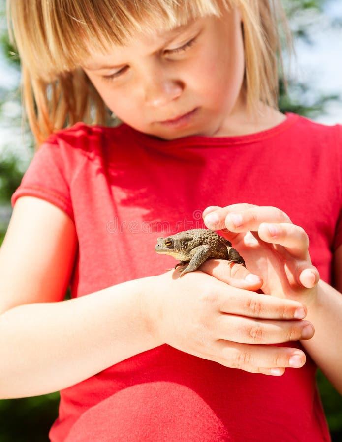 有青蛙的孩子 图库摄影