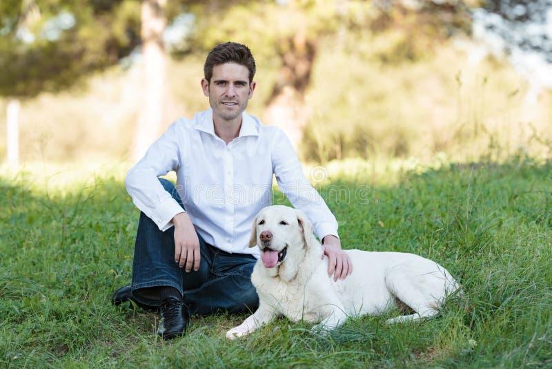 有非常老狗的白种人人在公园 库存照片