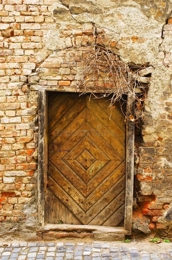 有非常老门的墙壁 免版税库存照片