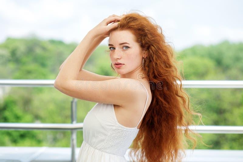 有非常长的红色头发的美女 生活方式,模型,构成的概念 免版税库存图片